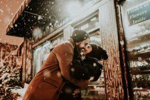 Paar kuschelt in Winterlandschlaft