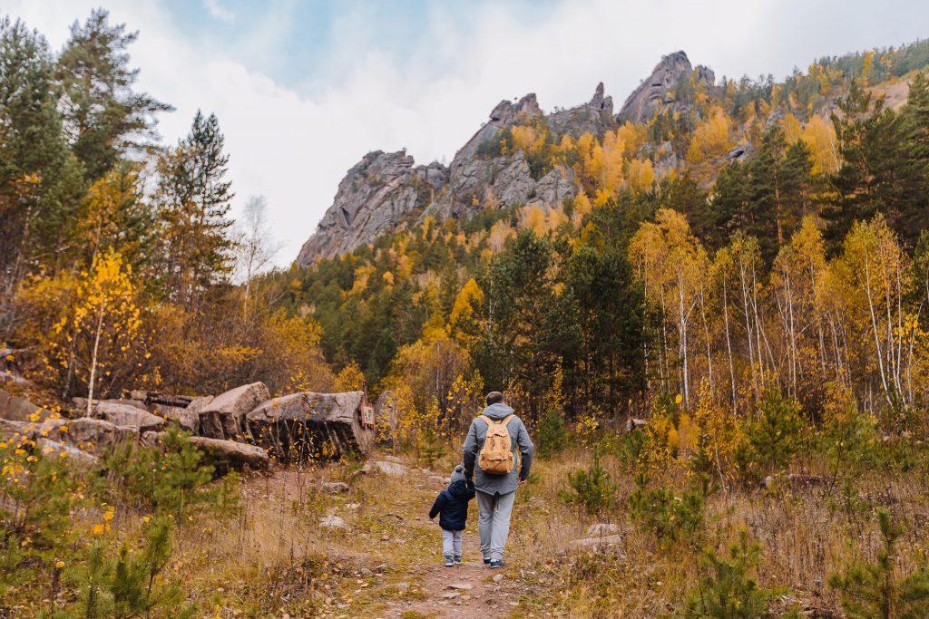 Wandern mit der Familie im Herbst