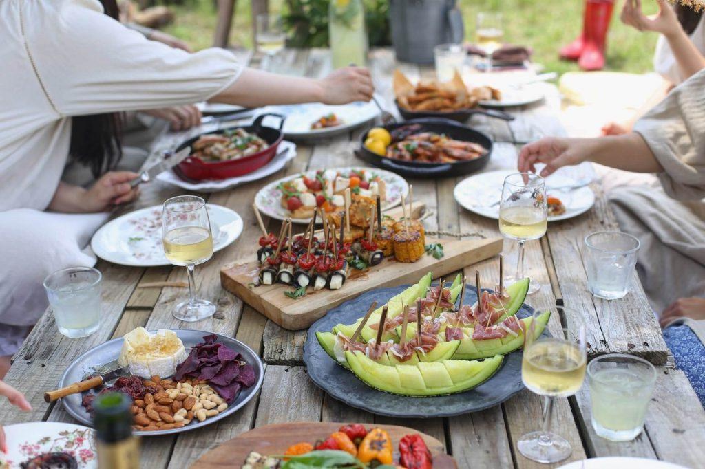 Tisch gedeckt mit essen