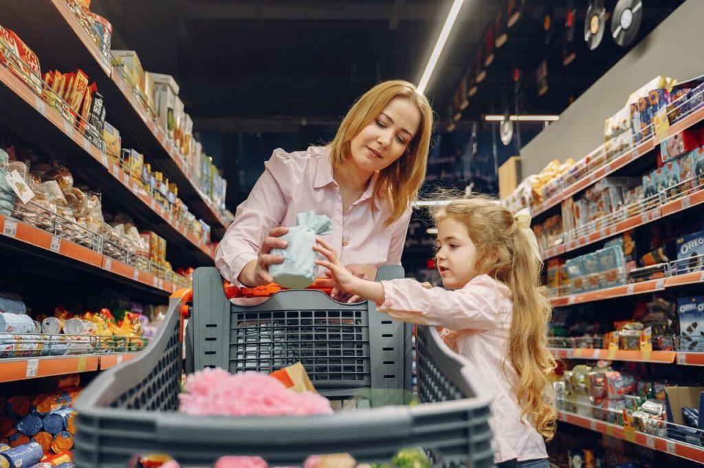 Frau und Kind beim einkaufen