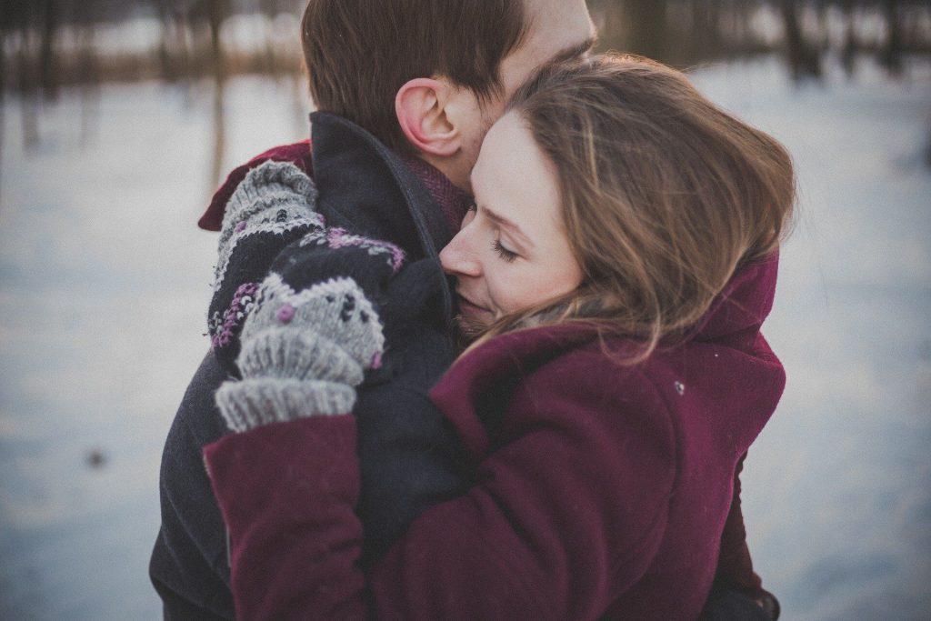 Ein Pärchen umarmt sich im Winter