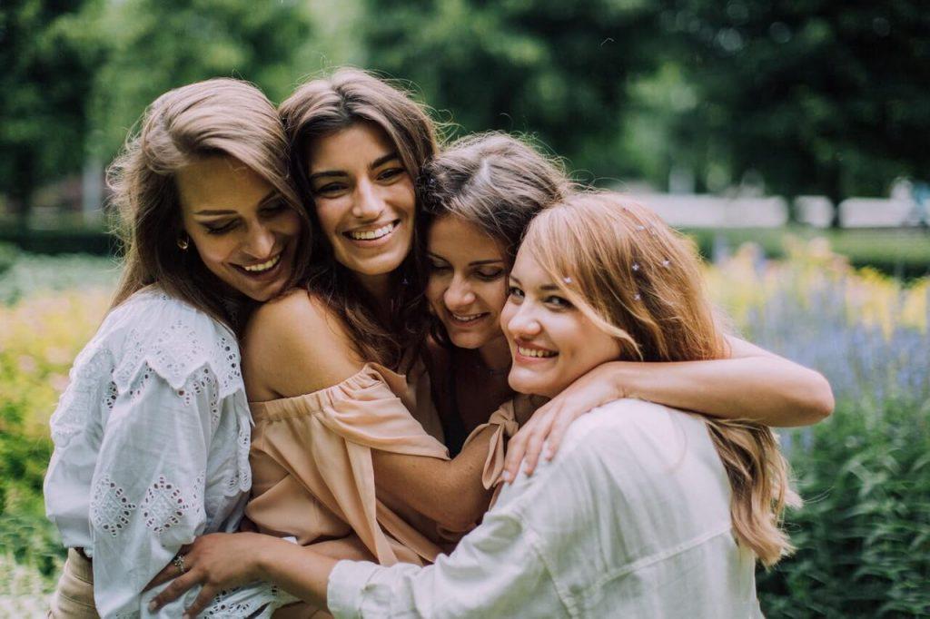 Freundinnen umarmen sich